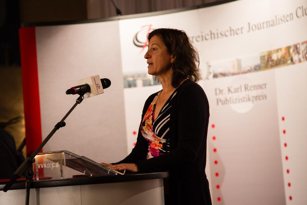 Barbara Zirngast nimmt den Preis entgegen
