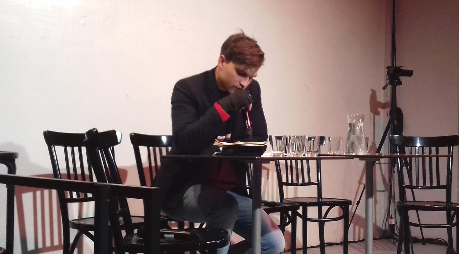Thomas Köck beim Verlesen des Essays
